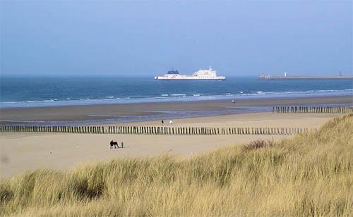 Moment détente sur une plage de Calais