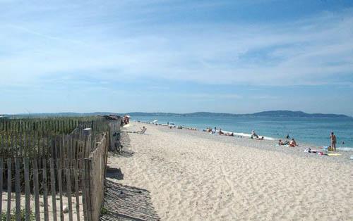 Instant détente sur la plage de l'Almanarre